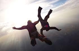 Diferencias entre el paracaidismo y la caída libre – Sooluciona